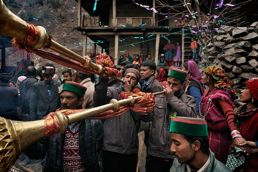 A local marriage, Shaadi, in the square of the village: women wear the festivity patthu and all village gather to dance, eat and celebrate. Village parties and festival are occasions for people from different villages to meet