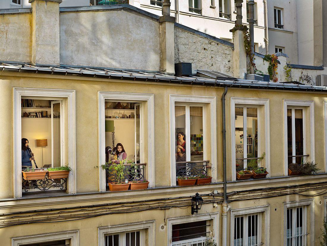 Gail Albert Halaban: Vis à Vis Le 31 octobre 2012, rue du Faubourg-du-Temple, Paris-11e