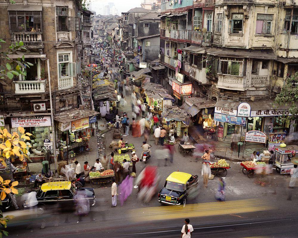 India, Mumbai januari 2007 Meer dan de helft van de wereldbevolking woont sinds 2007 in een stad. Meer dan 20 steden in de wereld tellen op dit moment meer dan 10 miljoen inwoners. Deze megasteden hebben verschillende karakteristieken gemeen: een gestage trek van het arme platteland naar de steden, een groot verschil tussen arm en rijk en een slechte infrastructuur. Mumbai is zo'n snelgroeiende megastad en met 13.2 miljoen inwoners de grootste stad van India. Er wonen 21,880 mensen per km². foto: Martin Roemers