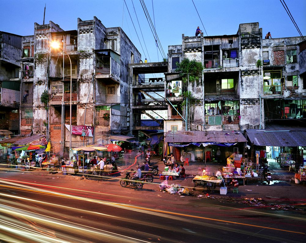 CAMBODIA, Cambodia, Phnom Penh,  Sothearos Road.  Asia, South East Asia, Southeast Asia, Third World, Developing country, developing countries, City, cities, urban, night, evening, nightlife, markets, market, street vendor, economy, slum, slums, house, housing, appartment, traffic, architecture, poverty, energy, light, lights, shanty town, social problems, motion, movement, hectic, Chaos, Chaotic,  CAMBODJA, Phnom Penh,  Sothearos Road.  Azie, Zuid-Oost azie, Zuid Oost Azie, Cambodja, ontwikkelingsland, Derde Wereld, Derde Wereldland, nacht, avond, nachtleven, armoede, stad, steden, straatbeeld, straat, verkeer, problemen, flat, sloppenwijk, straathandel, straathandelaren, markt, economie, wonen, huis, huizen, architectuur, gebouw, licht, verlichting, energie, mensen, flatgebouw, sociale problemen, spits, spitsuur, rush hour, traffic jam, file, hectiek, hectisch, beweging, chaos, chatotisch, ruimtelijke ordening,  KAMBODSCHA, Phnom Penh, Sothearos Road. Asien, SŸd Ost Asien, SŸdost Asien, Stadt, Stadtansicht, Armut, Architektur, Verkehr, Strassenszene, Rush Hour, Obdachlos, Familie, Armut, soziale Probleme, Strassenszene, Alltag, Alltagsszene, Strassenhaendler, Strasse, Stadtansicht, Verkehr, Chaos, Hektik, Menschen, Bewegung, Stadt, Strasse, Wirtschaft, Oekonomie, Markt, Strassenhandel, Massa, Wohnen, Spitzenzeit, Transport, Nacht, Nachtleben, licht, Energie, Wohnen, Wohnung, Haus, Haueser, Probleme, Viertel, Elendsviertel,   Photo: Martin Roemers