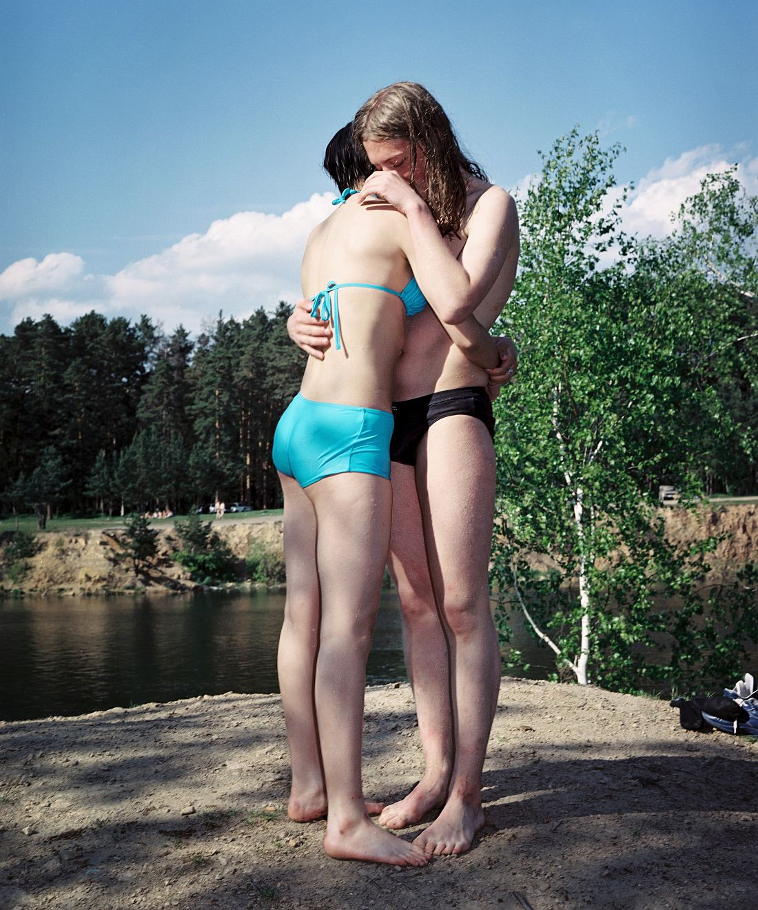 Chelyabinsk, RUSLAND, 2003 - Elfrem and Sveta near a lake in Chelyabinsk, close to the Kurchatov monument, a place where alternative people gather in Chelyabinsk.?© ROB HORNSTRA / +31 6 14365936