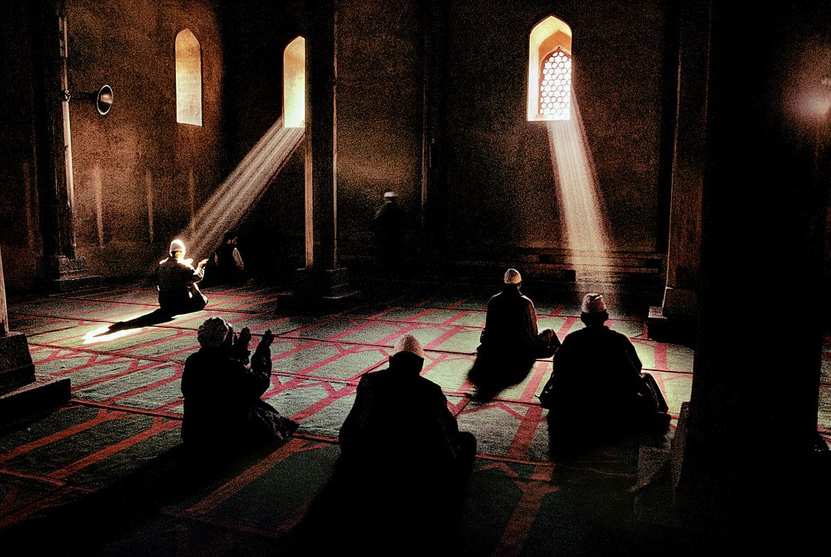 INDIA. Jammu and Kashmir. Srinagar. 1999. Men praying in a Sufi mosque.