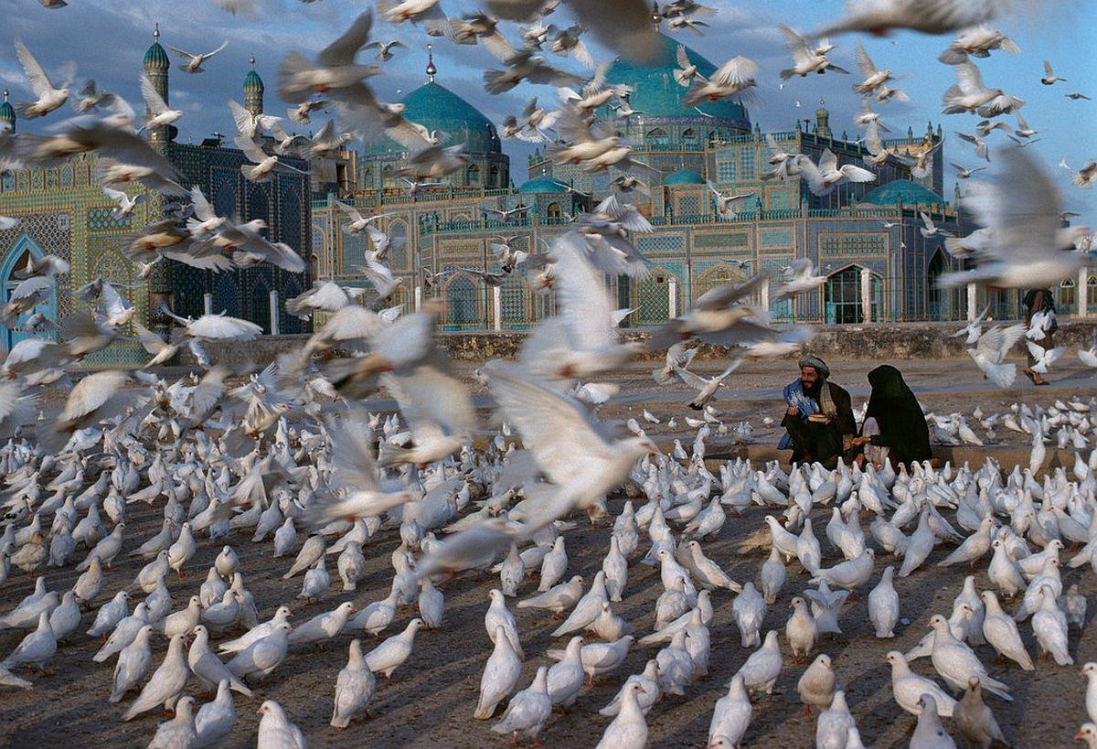 AFGHANISTAN. Mazar-I-Sharif. 1991. Blue Mosque.