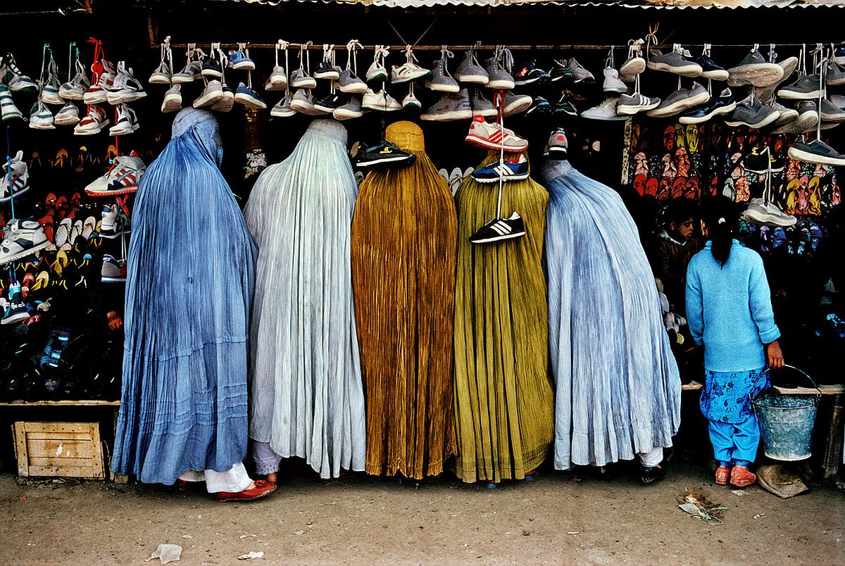 AFGHANISTAN. Kabul. 1992. Women shoppers dressed in the traditional burqa.