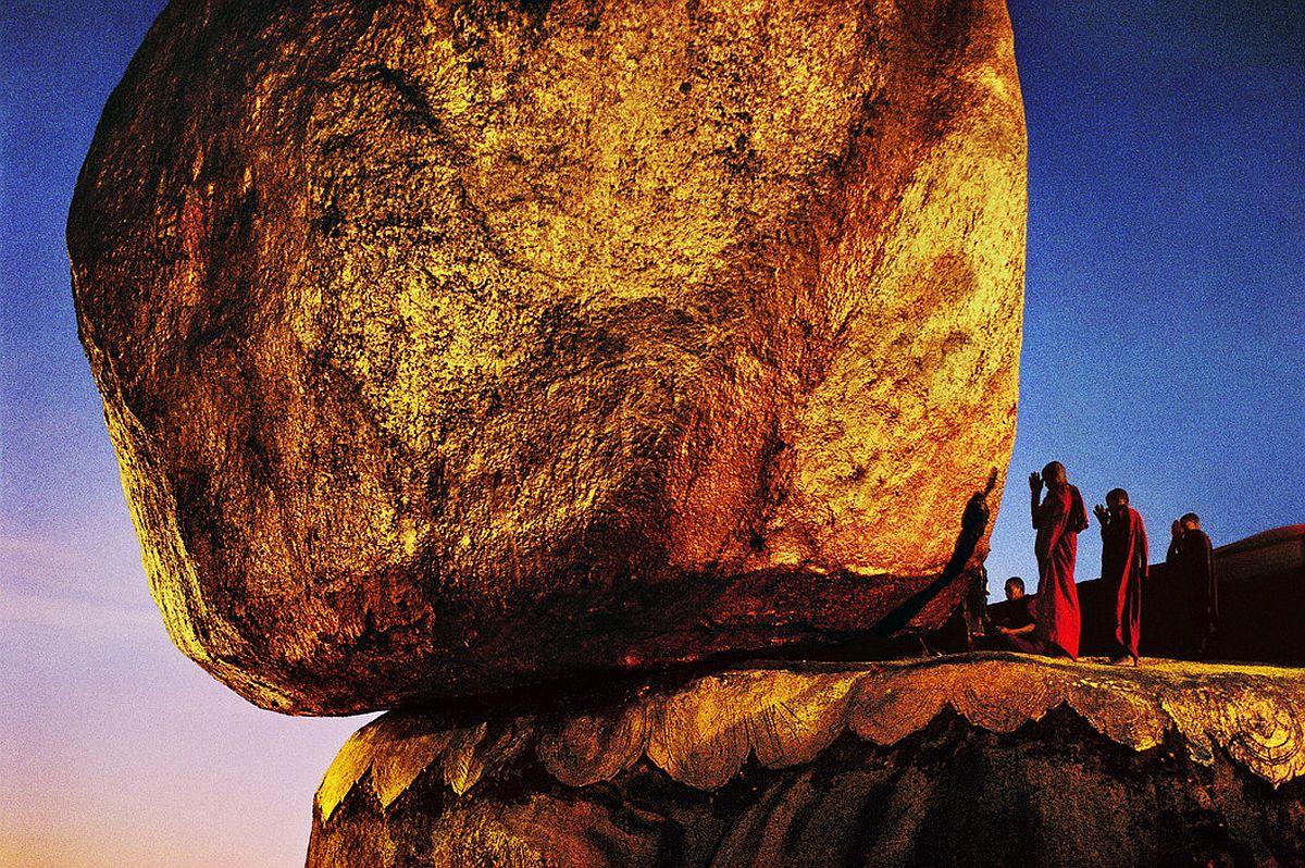 BURMA. Kyaiktiyo. 1994. Golden rock. The Shwe Pye Daw, a holy place.