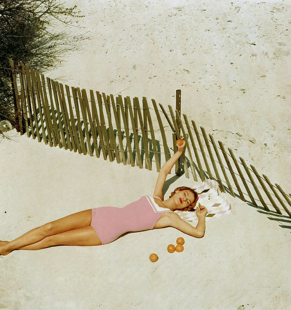 luxury-sunbathing-captured-by-vogue-1940s-and-1950s-16