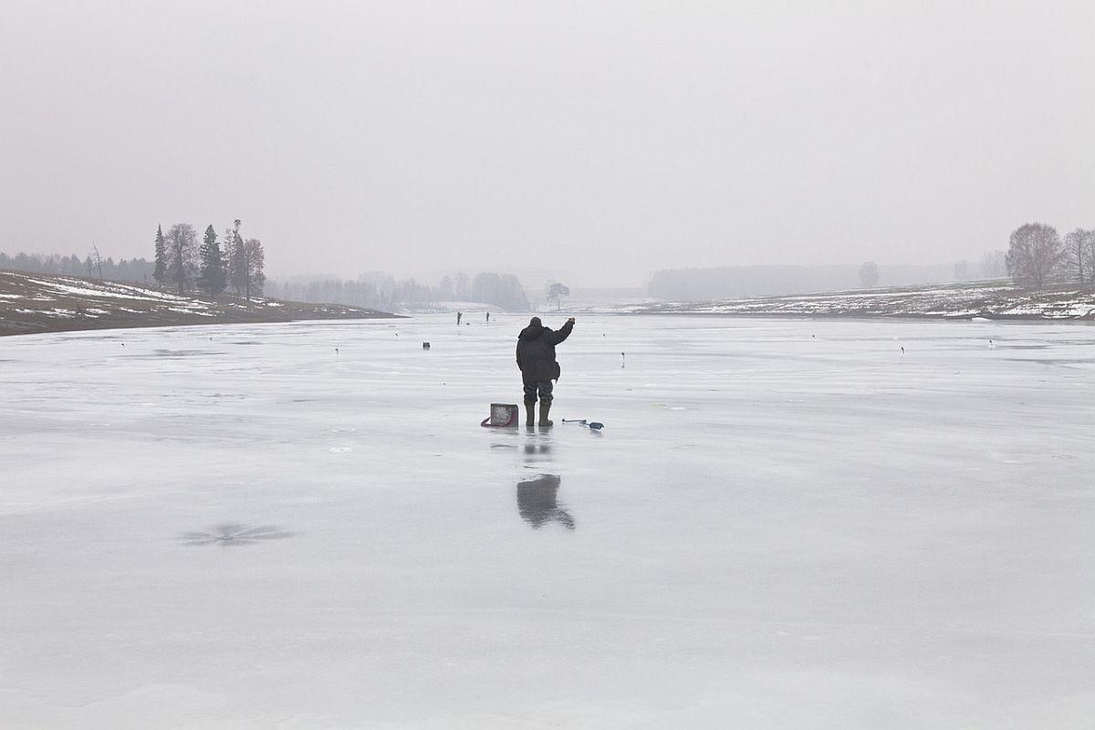 (ENG) Fisherman on the bed of a frozen river. Chursola village, Mari-El Republic, 2014. (ITA) Pescatore all'opera sul letto del fiume appena ghiacciato. Villaggio di Chursola, Repubblica di Mari-el,2014