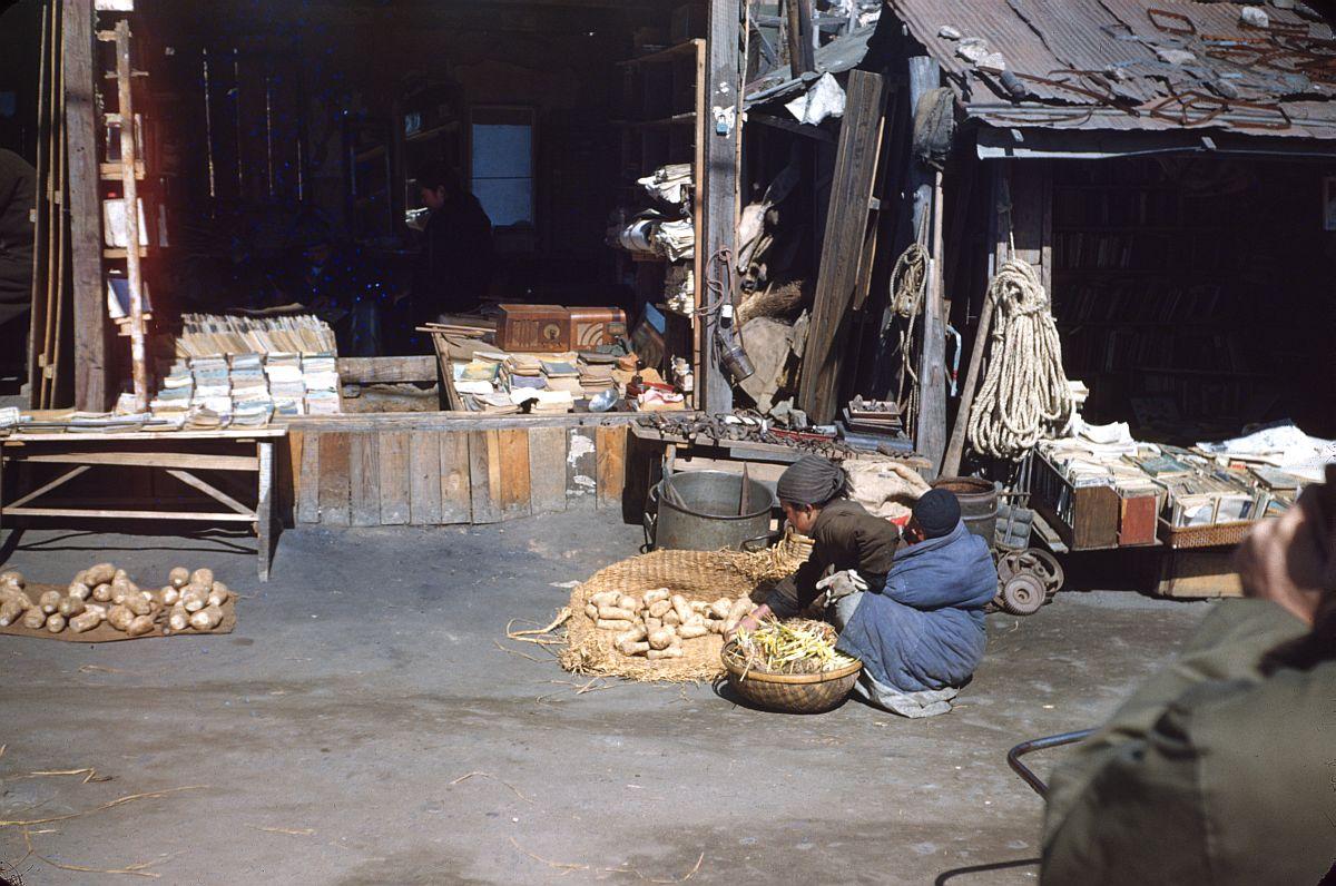 seoul-during-the-winter-korean-war-1952-02